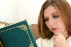 在妇女的美丽的哭泣的小说 免版税库存照片