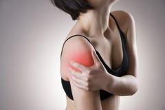 在妇女的肩膀的痛苦 免版税图库摄影