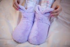在妇女的脚的家庭温暖的拖鞋 免版税库存照片