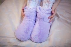 在妇女的脚的家庭温暖的拖鞋 库存图片