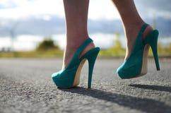 在妇女的脚的绿色短剑鞋子 免版税库存照片