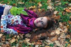 在妇女的头发的秋叶放置 免版税库存照片