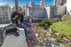 在妇女的21日3月,洛杉矶1月,加州期间,摄影师乔索姆拍摄从10个故事大厦的750,000名行军者 免版税库存图片