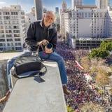 在妇女的21日3月,洛杉矶1月,加州期间,摄影师乔索姆拍摄从10个故事大厦的750,000名行军者 库存照片