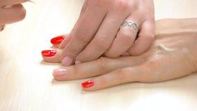 在妇女钉子的女性修指甲师绘画 股票视频