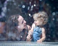 在妇女附近的儿童喷泉 库存照片