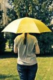 在妇女年轻人之下的伞 图库摄影