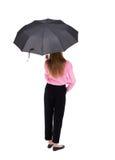 在妇女年轻人之下的伞 免版税库存图片