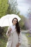 在妇女年轻人之下的伞 库存图片