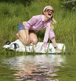 在妇女年轻人附近的湖 库存照片