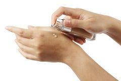 在妇女` s手上的液体基础隔绝与裁减路线 库存图片