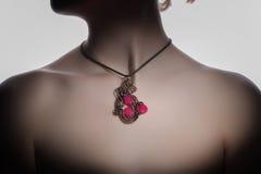 在妇女` s脖子的一美好的手工制造bijouterie 免版税库存图片