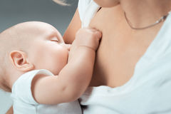 在妈妈的乳房的婴孩饲料 库存图片