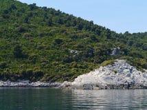 在姆列特岛前面海岸的一个岩质岛在克罗地亚 库存图片