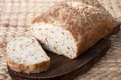 在委员会特写镜头的面包谷物 库存照片