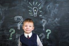 在委员会电灯泡有一个想法画的男孩 免版税图库摄影