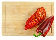 在委员会的切好的圆环红辣椒 免版税库存图片