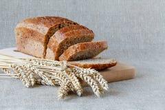 在委员会的切的黑麦面包 在一张木表 库存照片