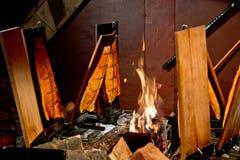 在委员会的抽烟的三文鱼有火的 免版税库存照片