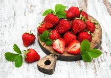 在委员会的新鲜的草莓 图库摄影