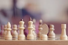 在委员会的棋子迷离的 免版税库存图片