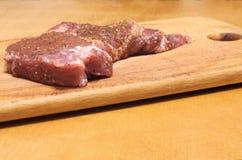 在委员会的牛排 免版税库存图片