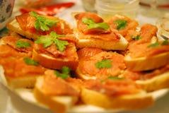 在委员会的红色鱼三明治,选择聚焦 库存照片