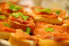 在委员会的红色鱼三明治,选择聚焦 免版税库存照片