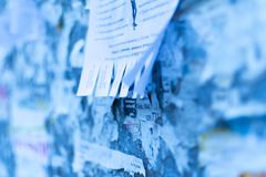 在委员会的街道广告 冬天 免版税库存图片