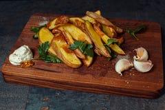 在委员会的被烘烤的土豆 免版税库存照片