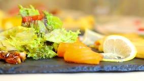 在委员会计划的寿司鱼新水多的片断 亚洲盘海鲜寿司 环境净饵料 影视素材