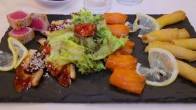 在委员会计划的寿司鱼新水多的片断 亚洲盘海鲜寿司 环境净饵料 股票录像