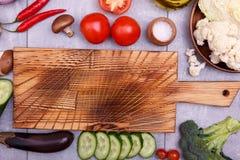 在委员会附近的新鲜蔬菜 免版税库存图片