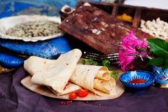 在委员会静物画的印地安稀薄的皮塔饼面包 图库摄影