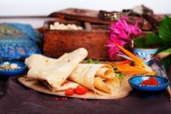 在委员会静物画的印地安稀薄的皮塔饼面包 免版税图库摄影