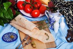在委员会静物画的意大利稀薄的皮塔饼面包 免版税库存照片