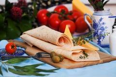 在委员会静物画的意大利稀薄的皮塔饼面包 图库摄影