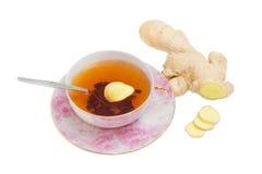 在姜根背景的姜茶  免版税库存图片