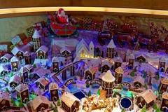 在姜饼村庄的圣诞老人 免版税库存图片
