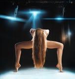 在姿势的妇女跳芭蕾舞者在阶段 免版税库存图片