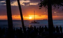 在威基基海滩,奥阿胡岛,与风船的夏威夷的经典日落 库存照片