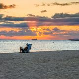 在威基基海滩-檀香山的日落 图库摄影