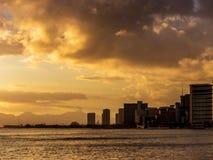 在威基基的日落在檀香山 库存照片