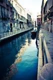 在威尼斯一条小的运河的冬天  免版税库存图片
