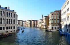 在威尼斯上街道 美丽的水路 库存照片