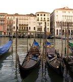 在威尼斯停放的长平底船,意大利, 库存照片