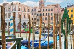 在威尼斯停泊长平底船服务柱子在大运河的, 库存图片