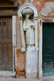 在威尼斯停泊雕塑 图库摄影