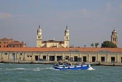 在威尼斯口岸附近的小船 库存图片
