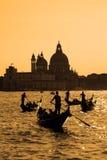 在威尼斯在晚上,意大利运河的长平底船  库存图片
